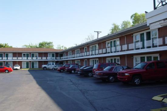 The University Inn: Loud Noises Can Reverberate In The L Shaped Parking Lot