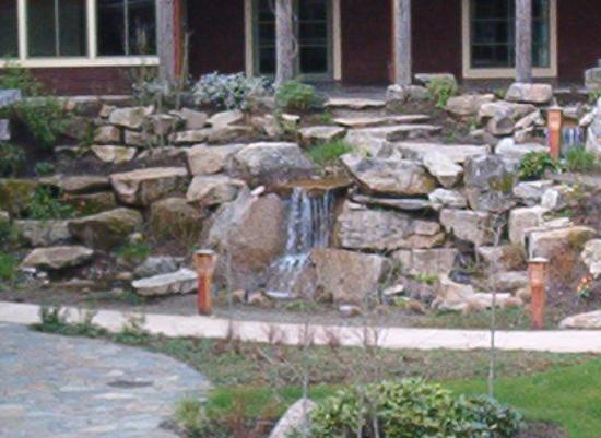 Alderbrook Resort & Spa: The waterfall in the courtyard