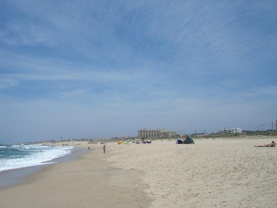 Espinho Portugal  city photo : Espinho, Portugal: Sandy beach with Hotel Solverde