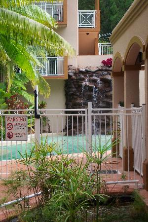 Alassio Palm Cove: The pool and waterfall
