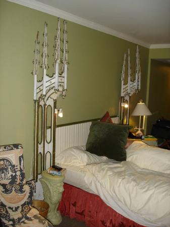 Auberge Saint-Antoine: Strangely decorated room and not terribly practical - disappointing given the price we were...