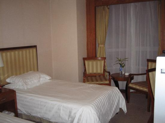 Charms Hotel: Our room with twin beds
