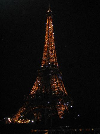 Parijs, Frankrijk: passing Eiffel Tower on our anniversary dinner cruise