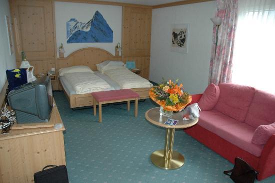 Hotel Eiger Grindelwald: Our bedroom