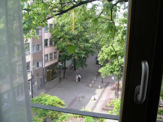 Lint Hotel Koln : view to outside, see your own statue