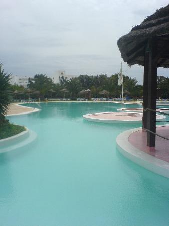 Hotel Shalimar : part of hotel pool