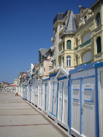 La Goelette : Wimereux - beach huts on seafront