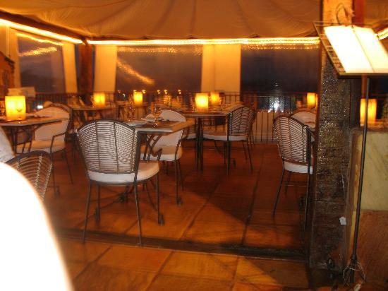 Casas Brancas Boutique Hotel & Spa: Restaurant at night