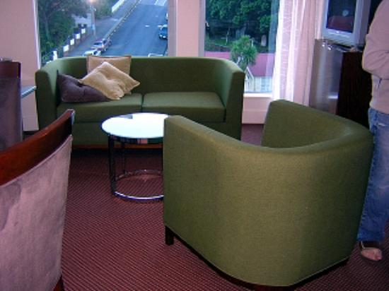 Bolton Hotel Wellington: Lounge area in the two bedroom suite