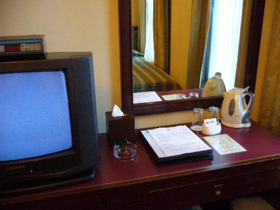 Shamrock Hotel: TV and dressing table