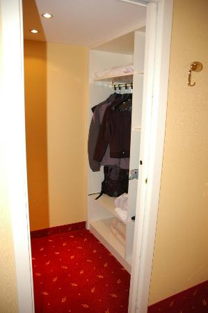 Hotel Panorama: Nice Big Closet Near The Door