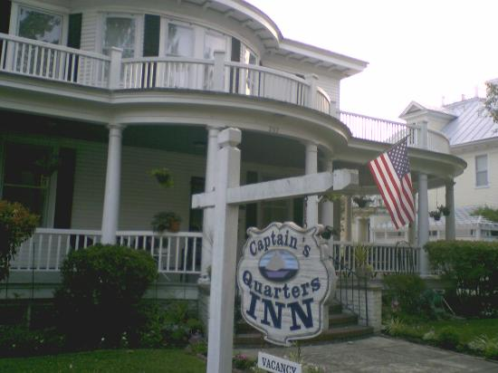 Captain's Quarters Inn: A view of the stately front entrance