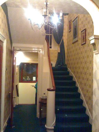 Aberdeen Larches Hotel: Lookin in from the old front door.
