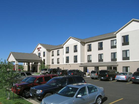 Hampton Inn Laramie: Hotel exterior and convenient parking
