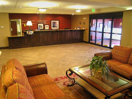 Hampton Inn Laramie: Comfortable lobby and reception