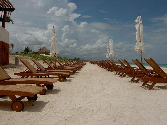 Fairmont Mayakoba: Chairs at the beach