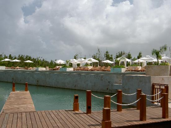 Fairmont Mayakoba: Adult pool from La Laguna terrace