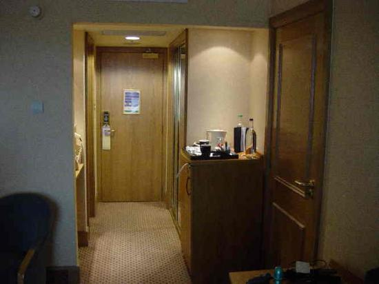 Hilton Glasgow Resisted temptation to open adjoining door & Resisted temptation to open adjoining door - Picture of Hilton ...