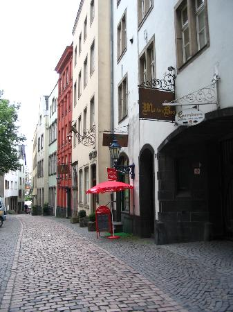 Lint Hotel Köln: Cobblestone street of Hotel leads straight to Rhine