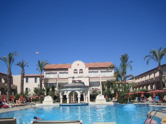 Napa Plaza Hotel: Pool by day