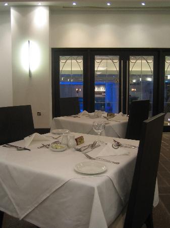 Napa Plaza Hotel: Evening eating area within hotel