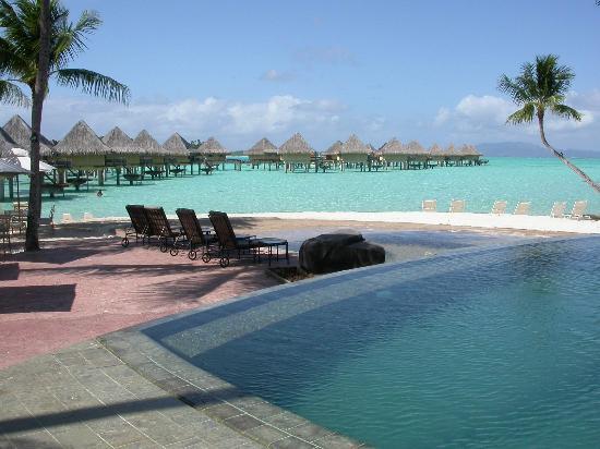 InterContinental Bora Bora Le Moana Resort: The infinity pool looking out into the lagoon