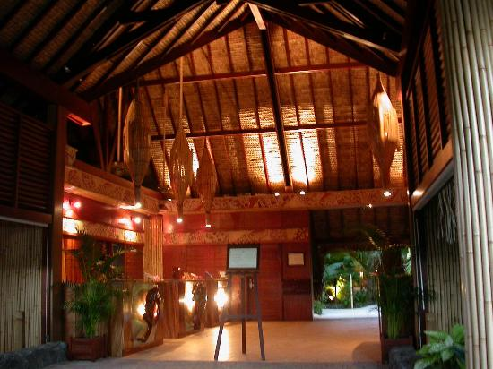 InterContinental Bora Bora Le Moana Resort: The entrance at night