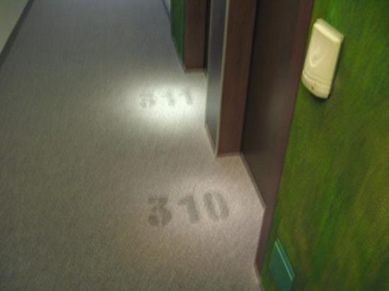 Hotel Al Cason : Third-floor hallway.  Room numbers are stenciled on the carpet.