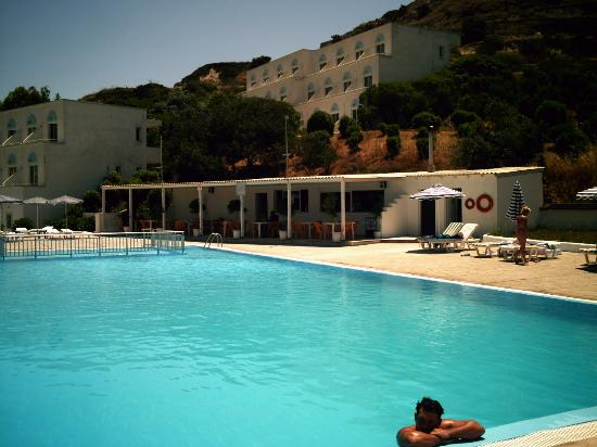 Hermes Hotel: Hotel from the other side of the pool