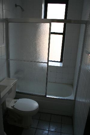 Mount Royal Hotel & Hostel: bathroom