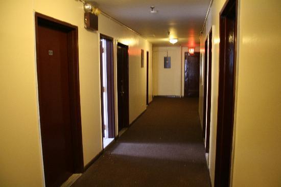 Mount Royal Hotel & Hostel: hallway