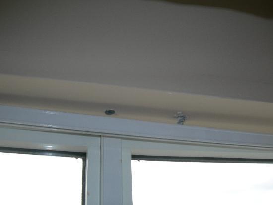 Hilton Garden Inn Toronto/Mississauga: Only problem I found was window curtain screw loose.