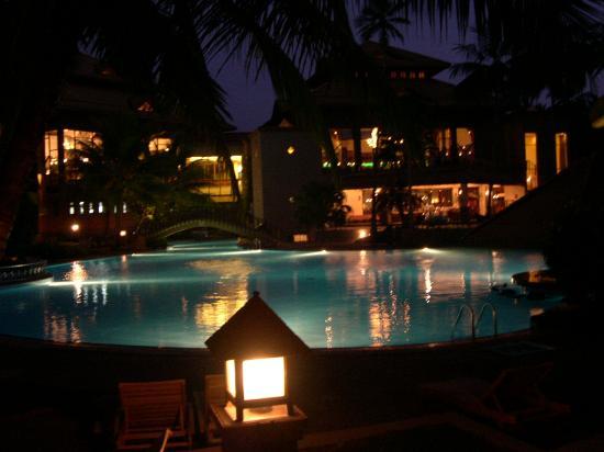 Royal Palms Beach Hotel: l'hotel, vue de nuit