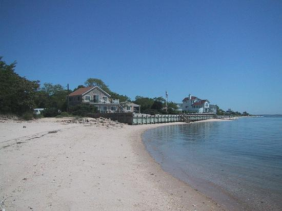 Jamesport Bay Suites: View down the beach