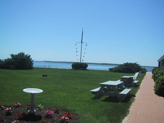 Jamesport Bay Suites: Lawn Area by Beach