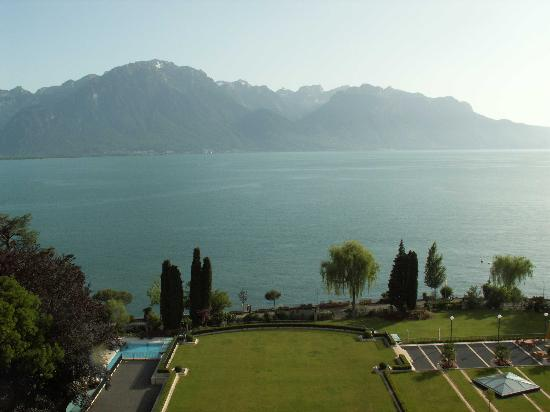 Fairmont Le Montreux Palace: View of pool area from Balcony