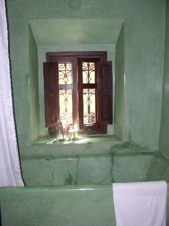 Dar Les Cigognes: gorgeous green tub