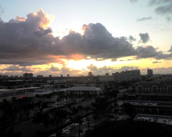 Embassy Suites by Hilton Fort Lauderdale 17th Street: Sunrise from 12th Floor Balcony