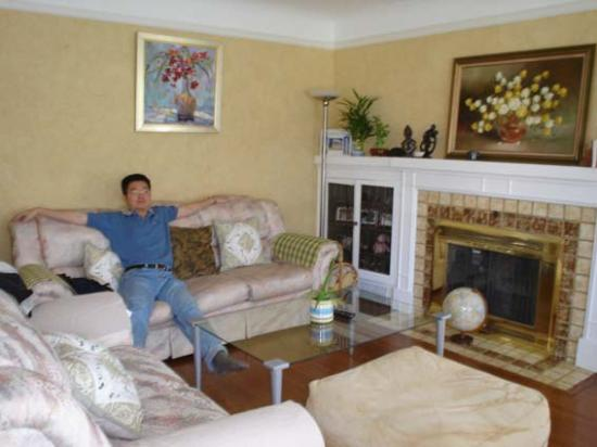 Vancouver Traveller Bed and Breakfast: Very comfy living room