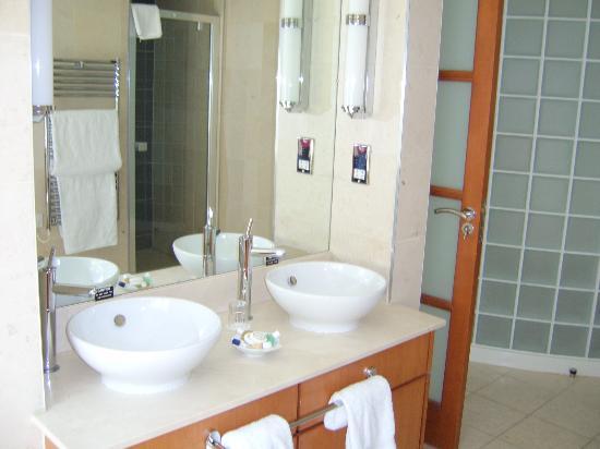 Wild Pheasant Hotel & Spa: part of the bathroom