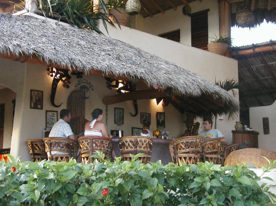 Las Palmas Beachfront Villas: Relaxing at the bar at Las Palmas