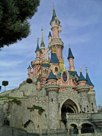 Disneyland Park: Sleeping Beauties Castle by day