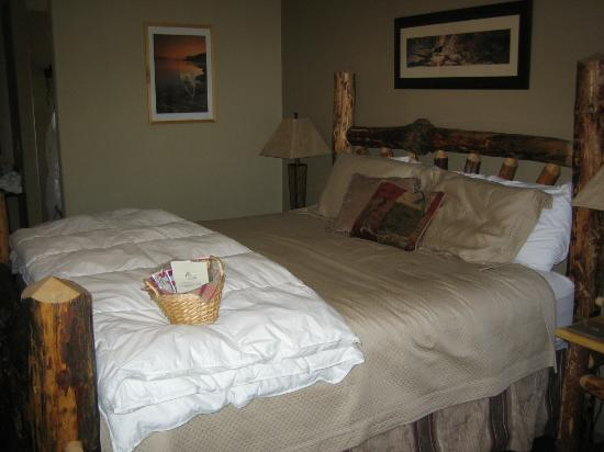 Carson Ridge Luxury Cabins: The Log Framed King Bed