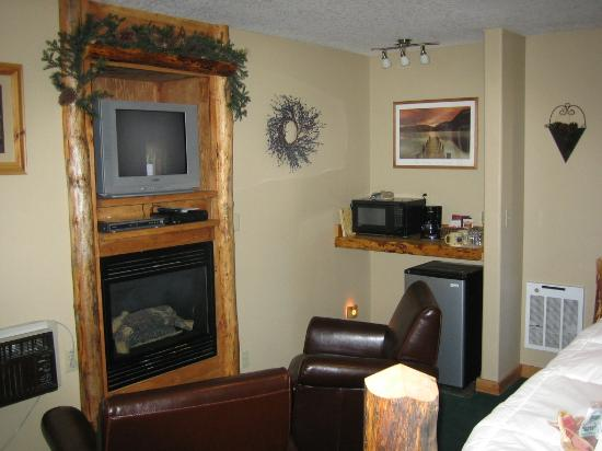 Carson Ridge Luxury Cabins: Fireplace, TV, Chairs, Kitchenette