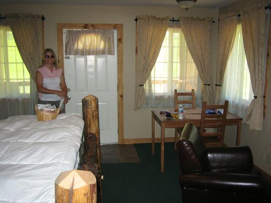 Carson Ridge Luxury Cabins: Door, Dining Table and Nancy