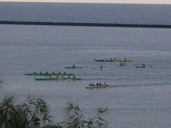 Country Club Hawaii Condo Hotel: canoe paddling off balcony
