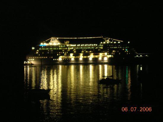 Country Club Hawaii Condo Hotel: night time off balcony