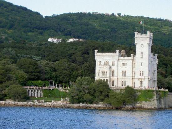 Terst, Itálie: Miramare castle from the boat