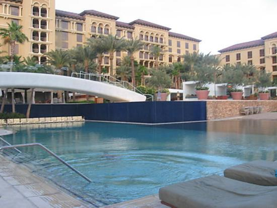Green Valley Ranch Resort and Spa: Pool area with wading under the bridge and sand beach to the right.