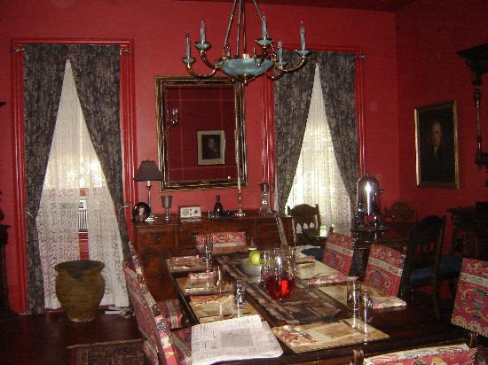 Brownstone Inn Downtown: The dining room at the Brownstone Inn